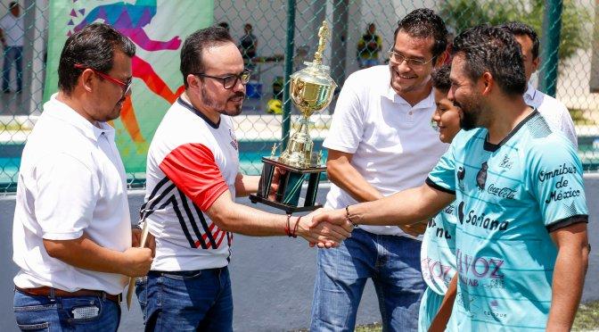 """Premia Walter Olivera a ganadores de la liga de fútbol rápido """"comunicar en grande"""""""