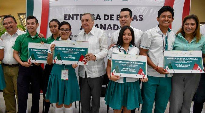 Entrega Gobernador Aysa González becas a bachilleres de excelencia académica para estudiar inglés en Canada