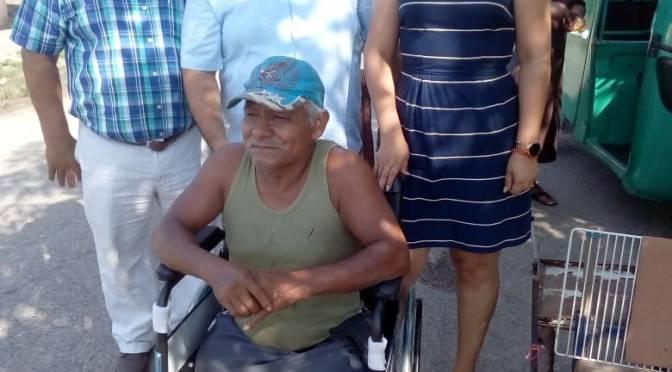 Entrega Red Magisterial Ciudadana de Cunduacán sillas de ruedas, andaderas y bastones a personas adultas mayores