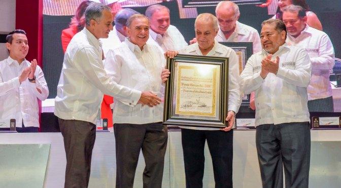 DOCTOR RAFAEL RUIZ RODRÍGUEZ RECIBE PREMIO CAMPECHE 2019