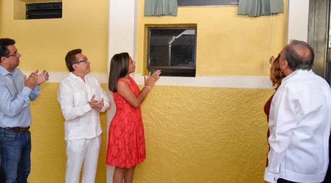 Inauguran el gobernador Carlos Miguel Aysa González y su esposa, el cine teatro Morón de Palizada