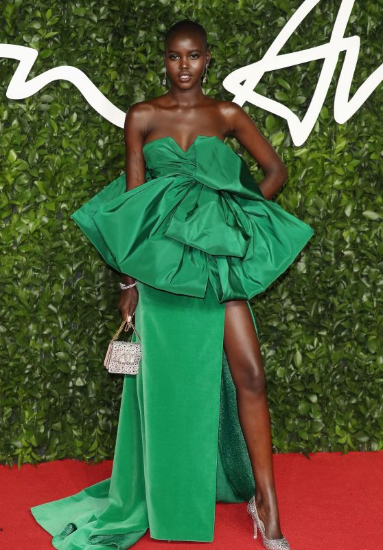 adut-akech-fashion-awards-2019-red-carpet-in-london-12_thumbnail